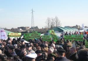 La protesta del comitato di cittadini contro l'impianto di bitume di Magazzino in occasione dell'inaugurazione della Pedemontana (foto del 14 febbraio 2009)