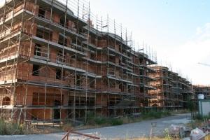 """Intervento residenziale """"Fuori porta"""" a Mulino di Savignano: il cantiere è fermo da più di due anni. Ripartirà mai? Cosa ne facciamo di questi alloggi? (foto del 2 agosto 2012)"""