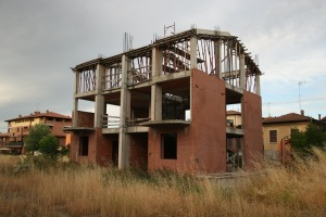 Il PSC prevede per Vignola altri 190.000 mq di terreno agricolo urbanizzato! E cosa ne facciamo di edifici come questo? (qui via Dante Alighieri, a Brodano - foto del 29 luglio 2013)