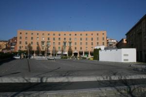 Il parcheggio di Corso Italia: la sottrazione dell'uso a piazza si giustifica se serve a liberare il centro storico dalle auto (foto del 26 marzo 2011)
