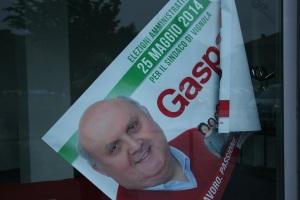 Manifesto elettorale presso la sede del candidato del PD Gasparini (foto del 28 aprile 2014)