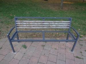 Una panchina nel parco della biblioteca: prego, s'accomodi! (foto dell'8 agosto 2015)